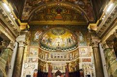Altare del baldacchino della chiesa di Santa Maria in Trastevere a Roma con il mosaico dell'abside nei precedenti Fotografia Stock Libera da Diritti