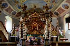 Altare del baldacchino nella chiesa di trinità santa in Czaplinek Immagine Stock