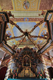 Altare del baldacchino nella chiesa di trinità santa in Czaplinek Fotografia Stock