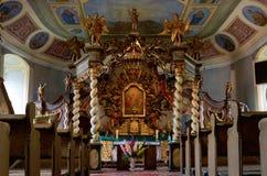 Altare del baldacchino nella chiesa di trinità santa in Czaplinek Fotografia Stock Libera da Diritti