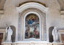 Altare del primo piano di St John di Matera nella cattedrale di Matera con la verniciatura Madonna e del bambino Immagine Stock