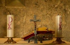Altare del sacerdote con le candele e la bibbia Fotografia Stock Libera da Diritti