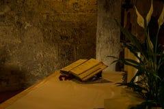 Altare del sacerdote con le candele e la bibbia Fotografie Stock