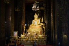 Altare del Vihan del tempio buddista Wat Bovornniwet Wihan Bangkok, Tailandia Immagine Stock