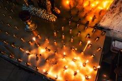 Altare della candela dentro la chiesa Fotografia Stock Libera da Diritti