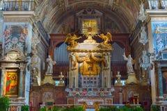 Altare della chiesa Belle vecchie finestre a Roma (Italia) Immagini Stock