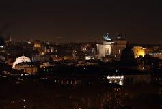 Altare della patria alla notte a Roma Fotografia Stock