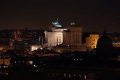 Altare della patria alla notte a Roma Fotografia Stock Libera da Diritti