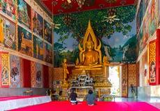 Altare dentro il tempio buddista a Samui, tailandese Fotografie Stock Libere da Diritti