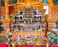 Altare dentro il tempio buddista a Samui, Tailandia Fotografia Stock