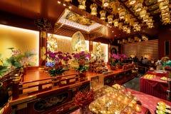 Altare dentro il tempio della reliquia del dente di Buddha a Singapore Immagini Stock Libere da Diritti