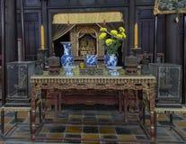 Altare dentro il tempio di Hoa Khiem, Tu Duc Royal Tomb, tonalità, Vietnam fotografia stock libera da diritti