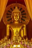 Altare di Buddha circondato dai buddhas innumerevoli Immagine Stock Libera da Diritti