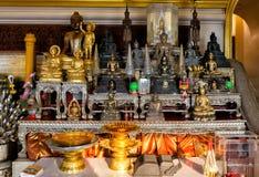 Altare di Buddha dentro il pho dorato del wat del supporto Fotografie Stock Libere da Diritti