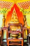 Altare di Buddha in un tempio di budhist Fotografie Stock