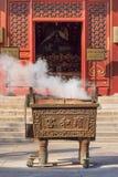 Altare di fumo del ferro al Lamasery di Yonghe, anche conosciuto come Lama Temple, Pechino, Cina Fotografie Stock Libere da Diritti