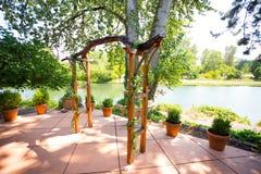 Altare di legno su ordinazione della pergola di nozze Fotografia Stock Libera da Diritti