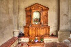 Altare di legno in una chiesa italiana Immagine Stock