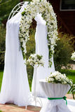 Altare di lusso di nozze decorato con le rose bianche Fotografia Stock