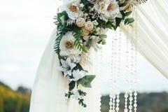 Altare di nozze decorato con i fiori bianchi ed i cristalli Fotografie Stock Libere da Diritti