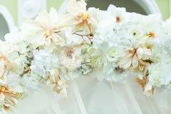 Altare di nozze decorato con i fiori del beig e di bianco Fotografia Stock Libera da Diritti