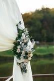 Altare di nozze decorato con i floweres bianchi e color crema Fotografia Stock Libera da Diritti
