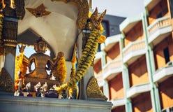 Altare di Phra Phrom in via di Bangkok Phra Phrom è il repre tailandese Fotografia Stock Libera da Diritti