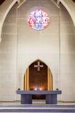 Altare di pietra in chiesa cattolica Immagini Stock Libere da Diritti