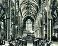 Altare di York Minster con la tonalità spaccata di HDR della finestra ad ovest Immagini Stock