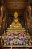 Altare dorato al tempio di Wat Pho a Bangkok Immagini Stock