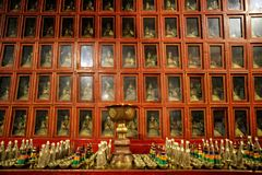 Altare dorato in tempio buddista Fotografia Stock
