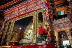 Altare dorato in tempio buddista Fotografie Stock Libere da Diritti