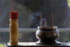 Altare e bastone di joss nel tempiale cinese Fotografia Stock