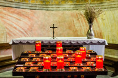 Altare e candele in una chiesa Fotografia Stock Libera da Diritti