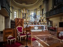 Altare e poltrona principali del sacerdote di Santa Maria a Oporto dentro Immagine Stock