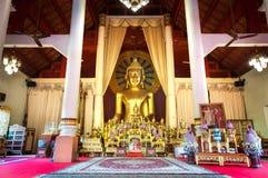 Altare e statua dorata di Buddha nel corridoio principale di preghiera a Wat Phra Singh, Chiang Mai, Tailandia Immagine Stock