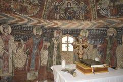 Altare ed icone dipinte in una vecchia chiesa di legno Fotografie Stock Libere da Diritti