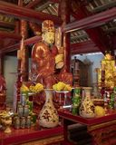 Altare för dyrkan Konfucius i Thuong Dien byggnad, 4th borggård, tempel av litteratur, Hanoi, Vietnam royaltyfria foton