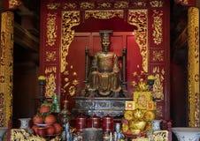 Altare för Ly Thanh Tong, bakre byggnad för övregolv, femte Couryard, tempel av litteratur, Hanoi, Vietnam royaltyfri foto