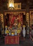 Altare för Ly Thanh Tong, bakre byggnad för övregolv, femte Couryard, tempel av litteratur, Hanoi, Vietnam royaltyfri bild