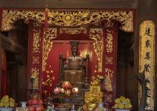 Altare för Ly Thanh Tong, bakre byggnad för övregolv, femte Couryard, tempel av litteratur, Hanoi, Vietnam arkivfoto