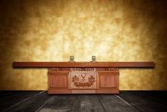 Altare fatto di legno nella sala sul fondo della sfuocatura della parete della gamma Fotografie Stock Libere da Diritti