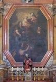 Altare i den Franciscan kyrkan av munkarna som är mindre i Dubrovnik arkivfoton