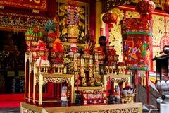 Altare i den kinesiska relikskrin Jiu Tean Geng Shrine för dyrkangud royaltyfri bild