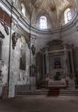 Altare i en övergiven kyrka royaltyfri bild
