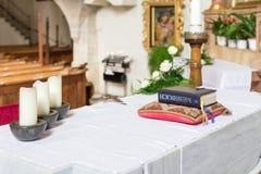 Altare i en kyrka royaltyfria foton