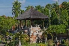 Altare i en trädgårds- borggård i Bali, Indonesien Royaltyfri Fotografi