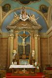 Altare i församlingkyrkan av det heliga korset i Zacretje, Kroatien royaltyfri bild