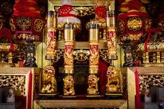 Altare i kinesisk relikskrin med träskulptur royaltyfri bild