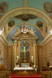 Altare i kyrkan av det heliga korset i Zacretje, Kroatien royaltyfri bild